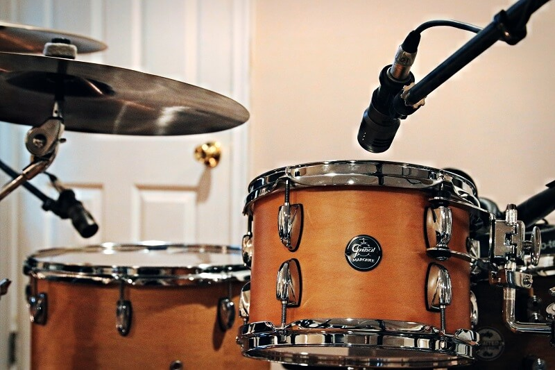 Gretch Maple drum kit showing tom microphone